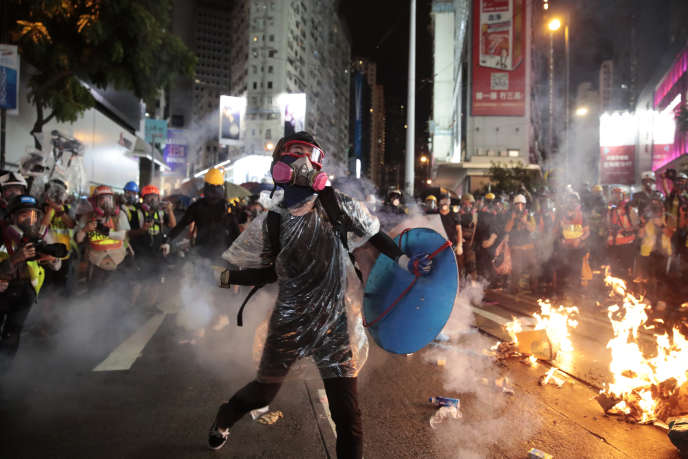 Un manifestant renvoie une grenade, samedi à Hongkong. (AP Photo/Jae C. Hong)