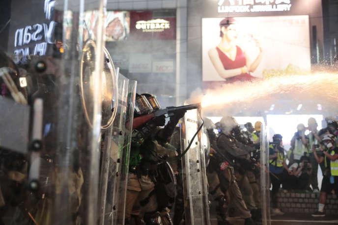 Jet de grenade lacrymogène par la police, samedi à Hongkong. (AP Photo/Jae C. Hong)