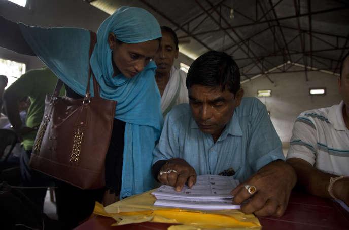 Des villageois vérifient si leur nom figure dans le registre d'état civil, le 31 août à Buraburi, dans le district de Morigaon.