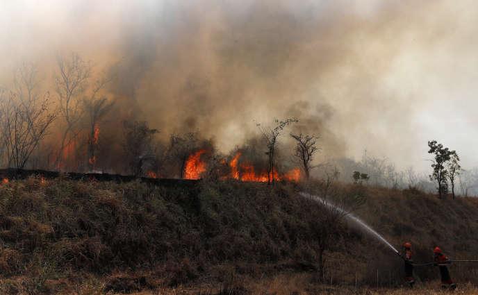 Vue des feux qui ravagent les environs de Roboré, en Bolivie, le 30 août.