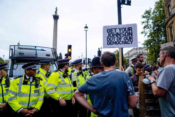 Des policiers en action, samedi à Londres. / AFP / Niklas HALLE'N