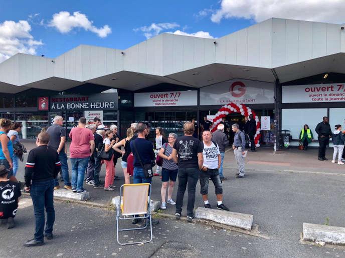 Devant le magasin Casino de La Roseraie, à Angers, dimanche 1er septembre.