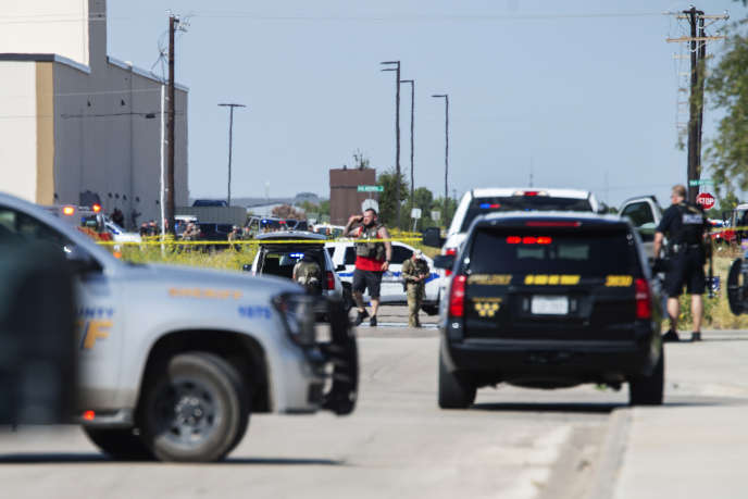 Sur les lieux des échanges de tirs entre l'auteur présumé de la fusillade et les forces de l'ordre à Odessa, au Texas, le 31 août.