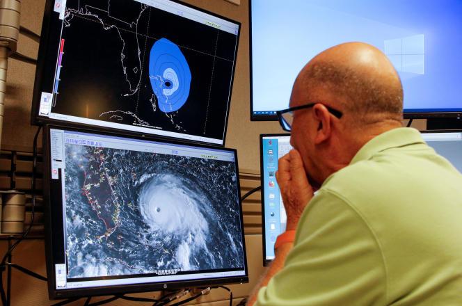 Le suivi de l'ouragan Dorian depuis le Centre national des ouragans à Miami, en Floride, le 1er septembre.