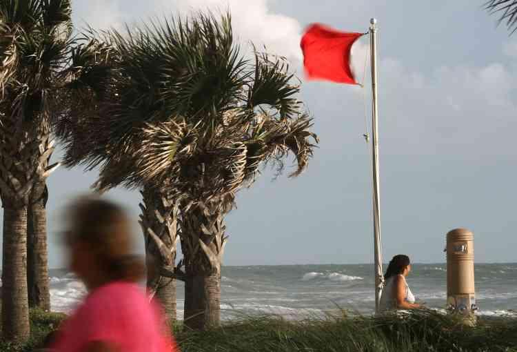 Le drapeau rouge a été hissé sur la plage d'Ormond, à l'approche du cyclone.