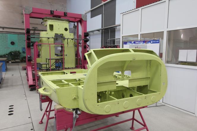 Mise en place de la chaîne d'assemblage du futur hélicoptère Kamov-226T dans l'usine d'Hélicoptères de Russie, à Oulan-Oude (Sibérie orientale), le 30 août.