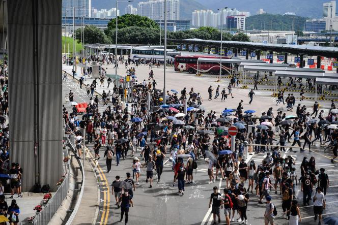 Des manifestants au terminal d'autobus de l'aéroport de Hongkong, le 1er septembre.