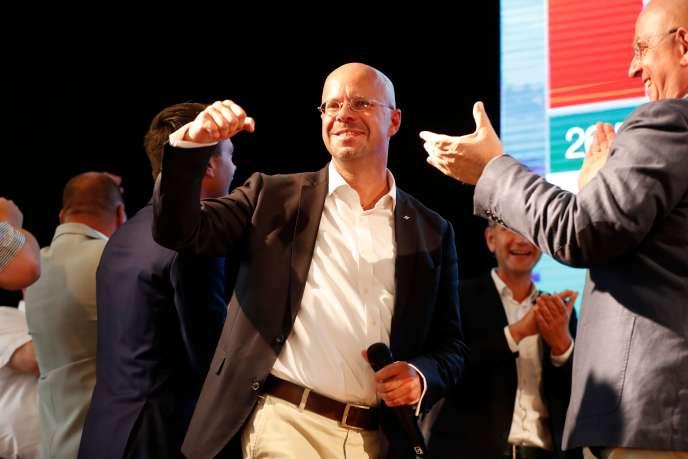 Andreas Kalbitz, candidat de l'AfD dans le Brandebourg, lève le poing après l'annonce des premières estimations.