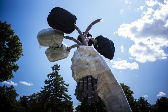 L'œuvre de Jeff Koons, intitulée «Bouquet of Tulips», devrait peser 34 tonnes et mesurer 13 mètres de haut.