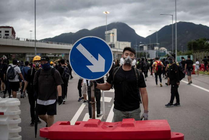 Des manifestants tentent de bloquer l'accès à l'aéroport de Hongkong, dimanche 1er septembre.