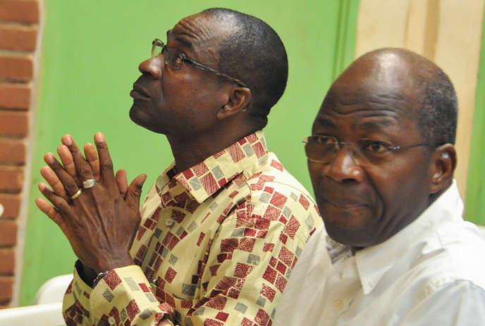 Gilbert Diendéré (à gauche) et Djibrill Bassolé devant la haute cour de justice de Ouagadougou, le 27avril 2017.