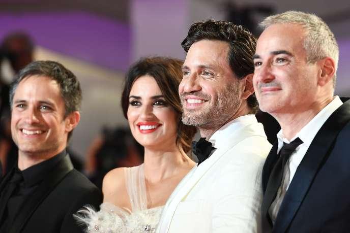 De gauche à droite, les acteurs Gael Garcia Bernal, Penélope Cruz, Edgar Ramirez et le réalisateur Olivier Assayas lors de la projection deCuban Network, à la Mostra de Venise, le 1er septembre 2019.