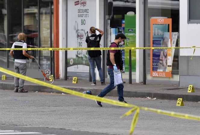 Des policiers examinent les lieux de l'attaque, à Villeurbanne, le 31 août.