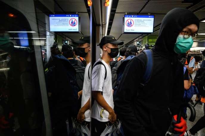 Des militants prodémocratie tentent de bloquer certaines rames de métro et des trains, à Hongkong, le 2 septembre.