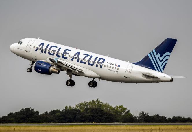 Un Airbus A319 de la compagnie aérienne Aigle Azur décolle de l'aéroport de Lille, le 25août2017.