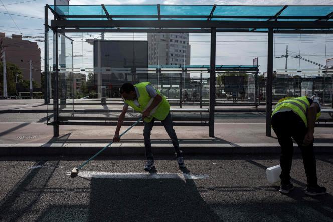 Des employés municipaux nettoient des taches de sang sur le lieu de l'attaque au couteau à Villeurbanne, dans la banlieue de Lyon, le 1er septembre 2019.
