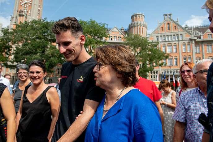 Martine Aubry, maire de Lille, et l'athlète Pierre-Ambroise Bosse, à la braderie de Lille, le 31 août.