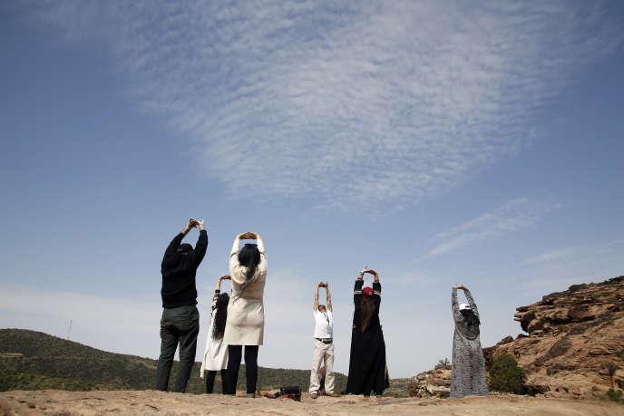 Des touristes saoudiens s'exercent àla méditation, àAbha (sud-ouest de l'Arabie saoudite), le 24 août.