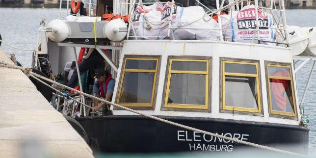 Un navire humanitaire avec une centaine demigrants à bord saisi par l'Italie