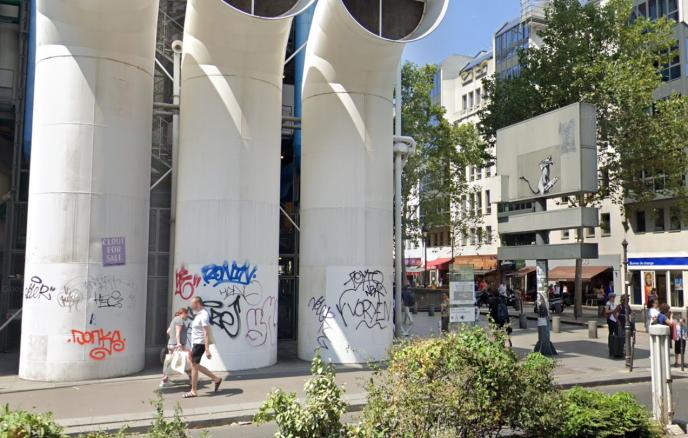 Le graffiti dérobé de Banksy près de Beaubourg, à Paris, sur Google Street View.