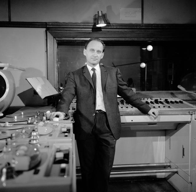 Le compositeur Ivo Malec dans un studio du Groupe de recherches musicales (GRM), en mars 1966.