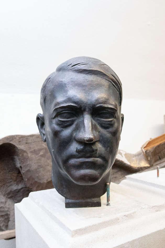 Le buste en métal d'Adolf Hitler, caché dans une réserve du Sénat.