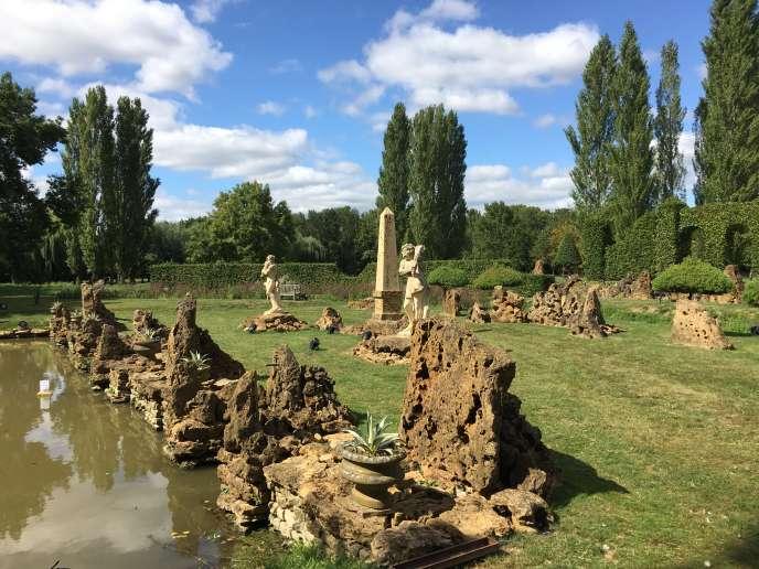 L'ensemble en rocaille, avec ses statues et son obélisque, à l'extrémité du miroir d'eau.