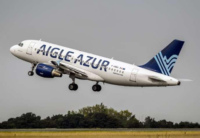 Un Airbus A319 d'Aigle Azur décolle de l'aéroport de Lille-Lesquin, en août 2017.