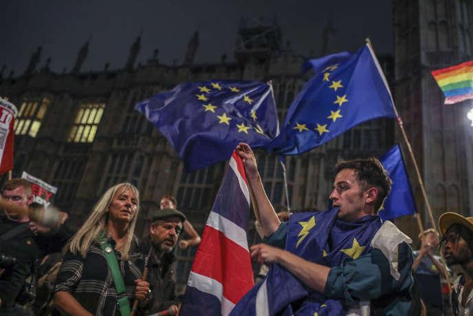 Des manifestants opposés au Brexit devant le Parlement britannique, le 3 septembre.