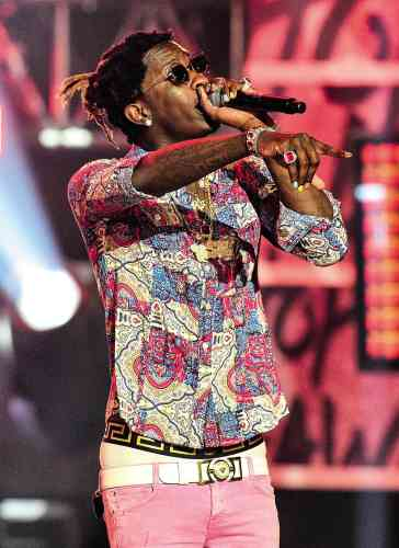Comme OutKast, 2 Chainz, Ludacris ou encore Gucci Mane, Young Thug est néà Atlanta, a fait quelques conneries puis s'est mis au rap. Pour le reste, il est absolument unique en son genre. À 23 ans et après avoir sorti une série de mixtapes (compilations de ses morceaux) remarquées, Young Thug assume son absence de muscles, danse étrangement, chante comme personne et cultive aussi une allure trèspersonnelle. De fait, cet alliage de rose, de vernis, de caleçon Versace et,de chemise à motif cachemire est très personnel.Et tant mieux.