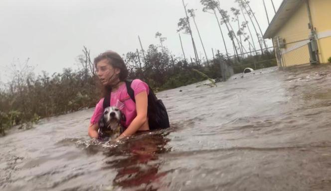 Une habitante est evacuée de chez elle à Freeport (Bahamas), le 3 septembre.