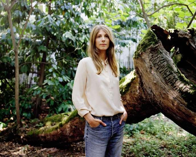 Céline Alvarez, le 26 août, dans le jardin des éditions Les Arènes.