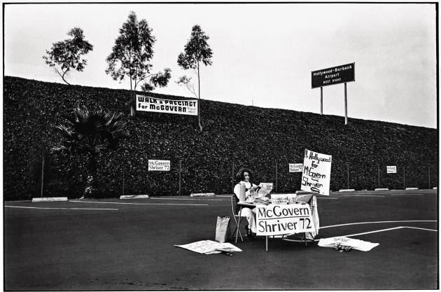 Meeting en faveur du candidat démocrate George McGovern à la présidentielle de 1972, Los Angeles (série «College»).