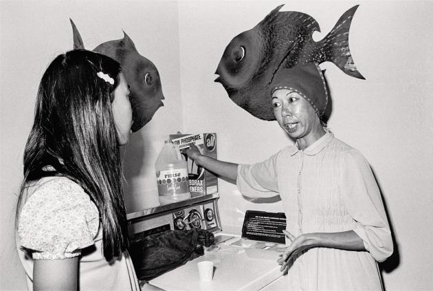 Madame Jang et sa fille dans leur buanderie, 1973 (série «The Jangs»).