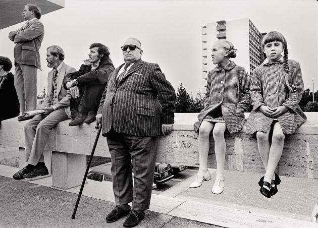 Lors des funérailles de George Moscone, maire de San Francisco assassiné en 1978 (série «San Francisco»).