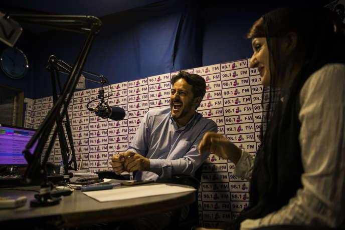 Massood Sanjer, dans le studio de Radio Arman, le 26 août. Le jeune homme anime depuis seize ans l'une des émissions lesplus écoutées en Afghanistan.