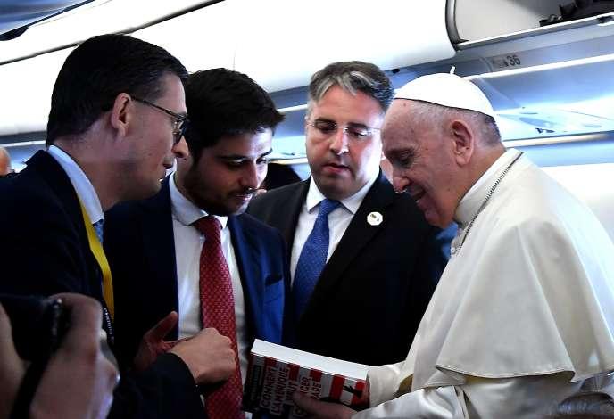 Le pape François avec, à la main, le livre de M. Senèze, le 4 septembre.