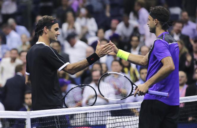 Le Bulgare Grigor Dimitrov et son double tennistique Roger Federer, à l'US Open mardi 3 septembre, après la première victoire du cadet sur son aîné (3-6, 6-4, 3-6, 6-4, 6-2).