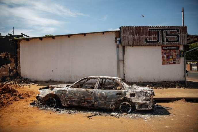 Une voiture brûlée dans la banlieue de Johannesburg, mercredi 4 septembre 2019.