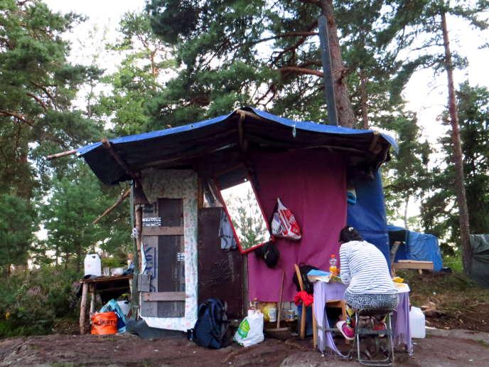 Un abri de fortune du camp rom d'Hogdalen, dans la banlieue de Stockholm, le 13 août 2015.