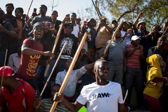 Des Zoulous réagissent au discours du ministre de la police, à Jeppestown (Pretoria), le 3 septembre.