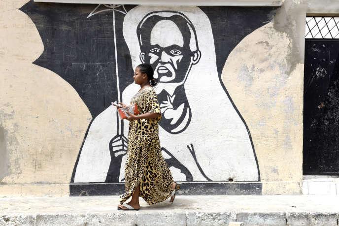 Une femme marche dans une rue de Dakar, en juin 2015.