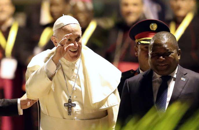 Le pape François à son arrivée à Maputo, aux côtés du président mozambicain Filipe Nyusi, le 4 septembre 2019.