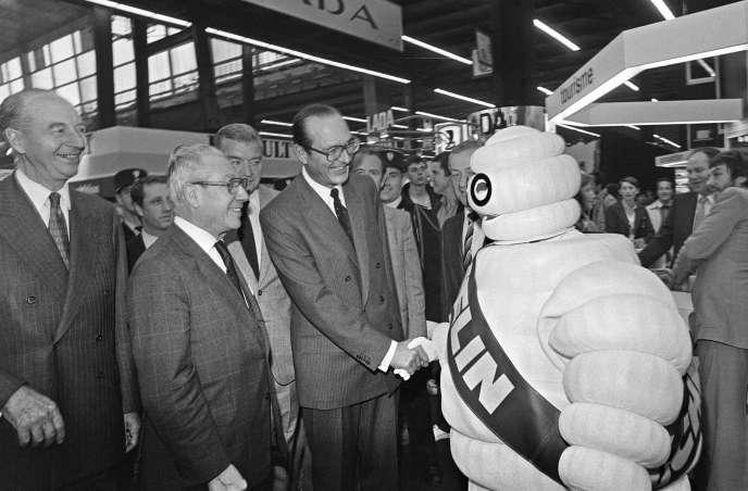 Jacques Chirac, maire de Paris, salut le Bibendum de Michelin au 69e Salon de l'automobile, le 3 octobre 1982.