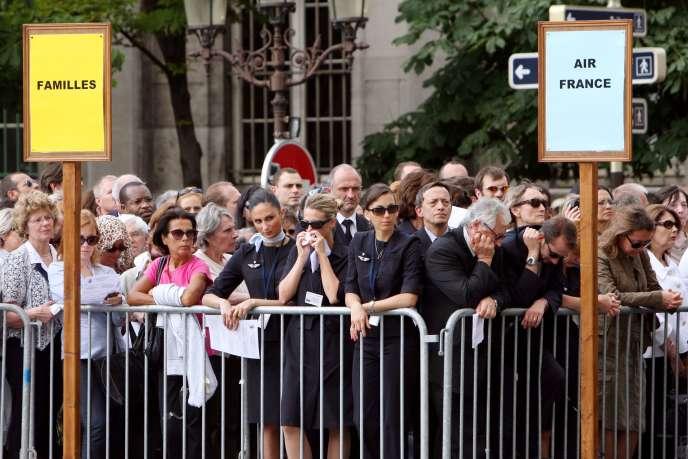 Les familles et du personnel d'Air France, lors de la cérémonie d'hommage aux disparus du vol AF447, à Notre-Dame, à Paris, le 3 juin 2009.