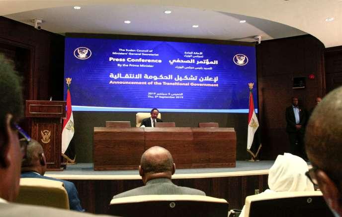 Abdallah Hamdok, le premier ministre du Soudan, lors de la conférence de presse pour dévoiler la constitution du nouveau gouvernement, le 5septembre à Khartoum.