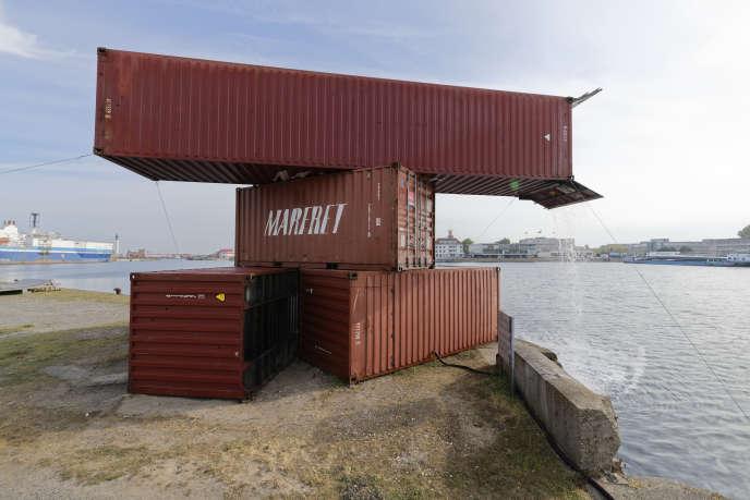« 411237 [1] 411329 [6], 2019 », de Nathalie Brevet et Hughes Rochette (2019).Six conteneurs empilés où circule l'eau du port de Dunkerque.