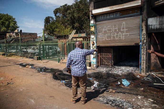Paul Dihi, un immigré ivoirien, devant son bâtiment incendié dans le quartier de Malvern, à Johannesburg, le 4septembre 2019.