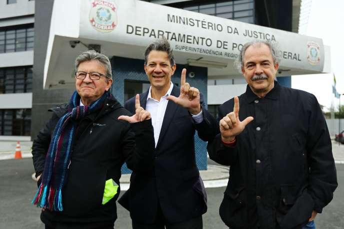 Le chef de file de La France insoumise, Jean-Luc Mélenchon (à gauche), aux côtés de l'ancien ministre brésilien de l'environnement Fernando Haddad et de l'ancien ministre de l'éducation Aloizio Mercadante, devantles locaux de la police de Curitiba, le 5 septembre.