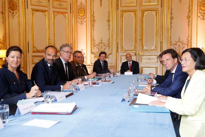 De gauche à droite : Agnès Buzyn, Edouard Philippe et Jean-Paul Delevoye face à la délégation du Medef conduite par Geoffroy Roux de Bezieux (2e à droite), à Matignon, à Paris, le 5 septembre 2019.